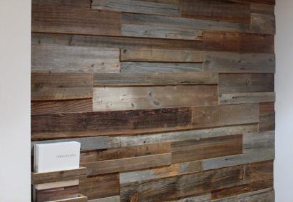Rivestimento in legno da parete con superficie irregolare. Nuova linea ...