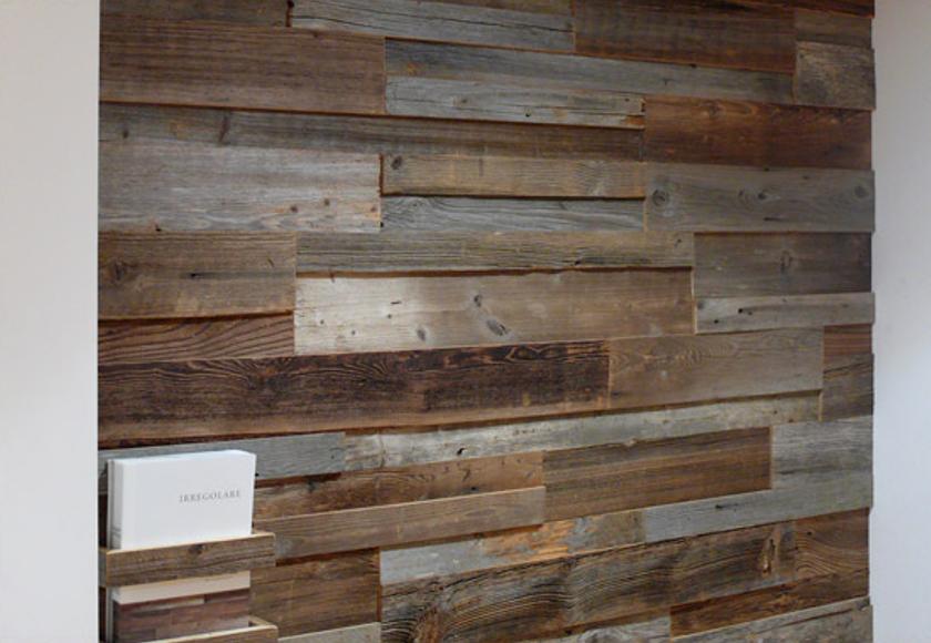 Rivestimento in legno da parete con superficie irregolare. Nuova linea di prodotti